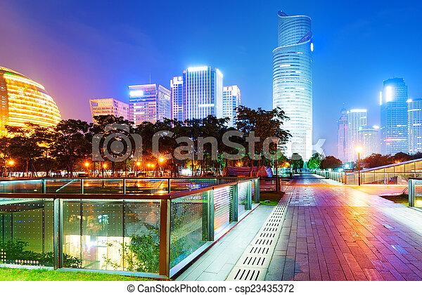 Čínská restaurace, mrakodrapy, noční krajina. - csp23435372