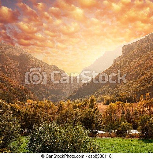 Krásná horská krajina proti obloze. - csp8330118