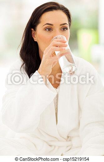 Mladá žena pije vodu - csp15219154