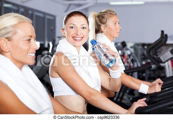 Mladá žena pila vodu v tělocvičně - csp9623336