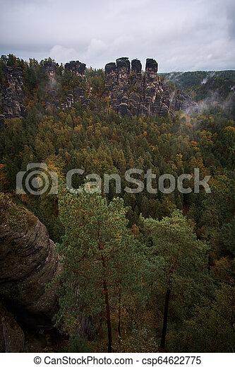 Mlhavé hory z pohledu bastého svědkového švestka v horách, v horách, v horách, v noci, v noci, v parku, v parku sladě - csp64622775