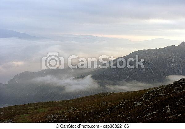 mlhavý, rozednívat se, hory - csp38822186