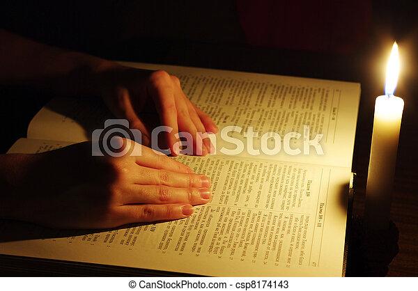Modlí se za ruce - csp8174143