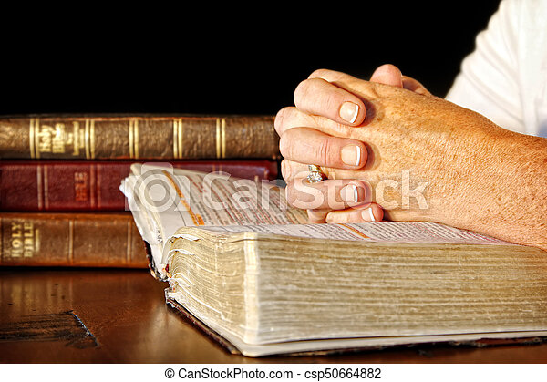 Modlená žena se svatými biblemi - csp50664882