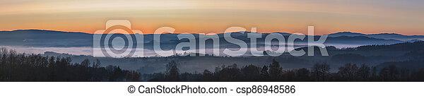 Nešťastná krajina v západu slunce, hory stoupají z oblaků mlhy, z nebe - csp86948586