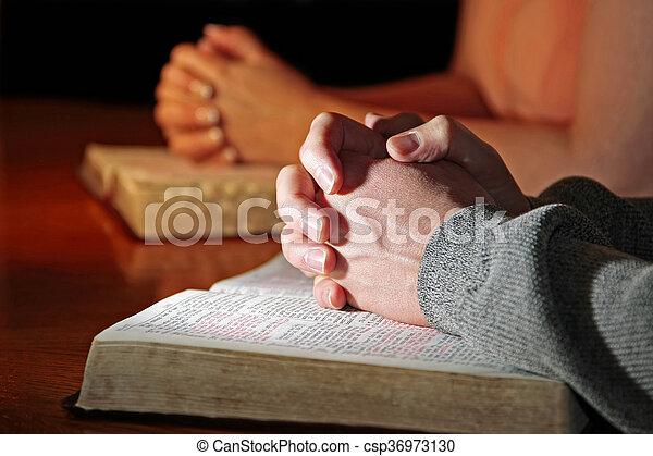 Pár modlitebných s biblemi - csp36973130