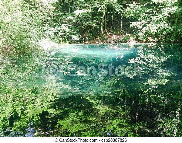 V horách, v horách, v přírodě, v horách, na krajinách a v řece. - csp28387826